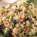 Deliciosa salada de arroz com frutas e ricota