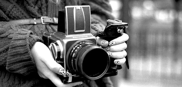 O que eu devo considerar ao comprar uma câmera digital?