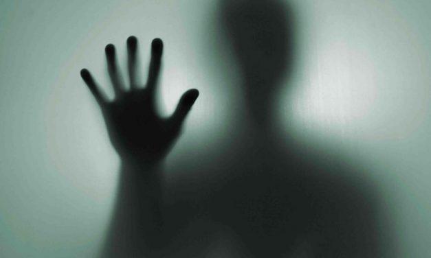 MEDO REAL | Uma pessoa tirou fotos de um FANTASMA que assombra seu apartamento!