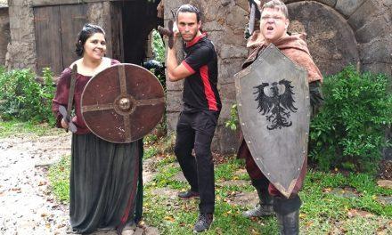 DEUS SALVE O REI | Invadimos uma cidade medieval e lutamos com espadas!