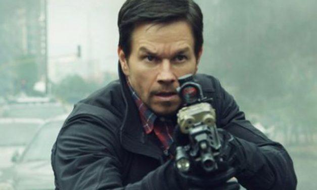 22 MILHAS   Mark Wahlberg tem que transportar um espião perigoso em trailer!