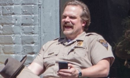 STRANGER THINGS | As primeiras fotos da terceira temporada e o bigode do Hopper!