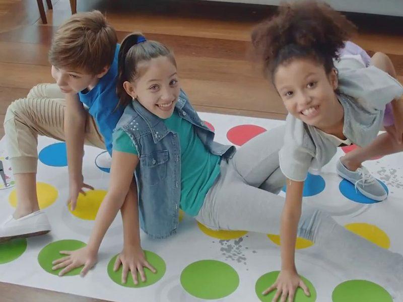 HASBRO | Você está pronto para jogar Twister no escuro?