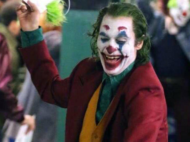 CORINGA   Primeiro vídeo do filme mostra Joaquin Phoenix causando o caos!