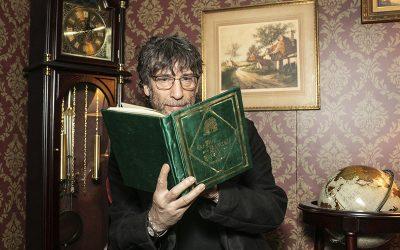 NYCC | Neil Gaiman aparece de surpresa para os fãs na experiência de Good Omens!