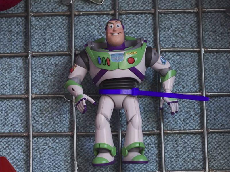 TOY STORY 4   Buzz está preso em um parque de diversões no trailer!