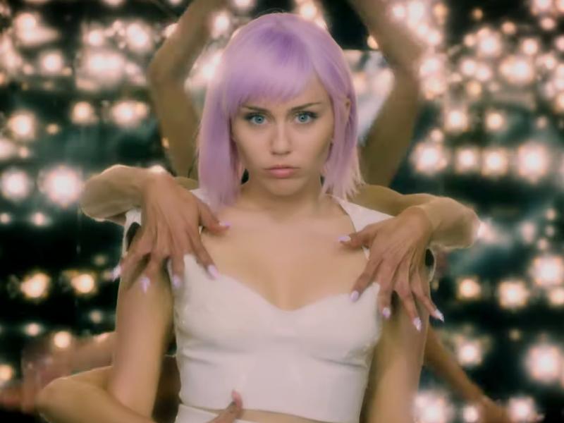 BLACK MIRROR | De quem são as músicas cantadas por Miley Cyrus?
