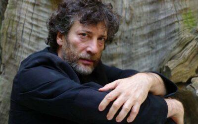 Neil Gaiman critica eleitora de Bolsonaro e defende Sandman